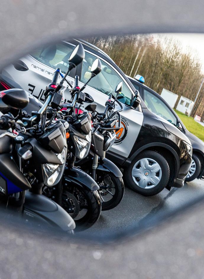 3 Motorräder und 2 Autos der Fahrschule Scheffer