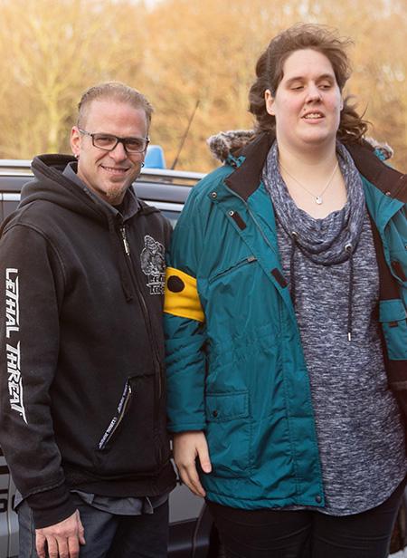 Mirko Scheffer und blinde Fahrschülerin posieren